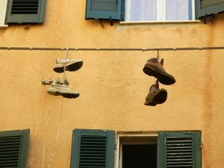 Schuhe an der Leine - Schuhe, Leine, Schreibanlass, Kunst, Objektkunst