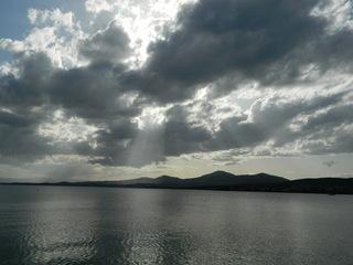 Wolken und Meer - Wolken, Sonne, Meer, Berge, dunkel, Wetter