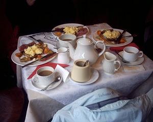 English Breakfast - English breakfast, Teestube, Tisch, Englisches Frühstück, Frühstück, Tasse, Tassen, Kanne, Tischdecke, Servietten, Besteck