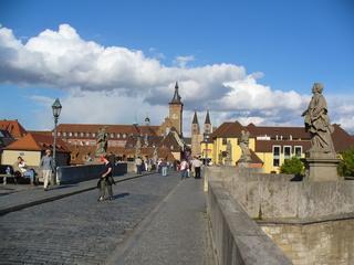 Würzburg  - Würzburg, Blick auf Altstadt, Stadtansicht, Alte Mainbrücke, Brücke, Steinbrücke, Main, Brückenfiguren, Sonne, Wolken, Himmel, Fluchtpunktperspektive