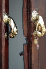 Türklopfer in Sevilla - Tür, Eingangstür, Türklopfer, Messing, Klopfgeräusch, anklopfen, um Einlass bitten
