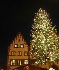 Weihnachtsmarkt #2 - Weihnachtsbaum, Licht, Lichterkette, Römer, Weihnachten, Weihnacht, Weihnachtsmarkt, Frankfurt am Main, Tannenbaum, Weihnachtsbaum, Tanne, Nacht, Beleuchtung, Christkindlmarkt