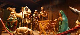 Krippe auf dem Weihnachtsmarkt #1 - Weihnachten, Weihnachtsmarkt, Krippe, Holzfiguren, Christkind, Jesus, Frankfurt am Main, Römer, Nacht, Beleuchtung, Christkindlmarkt