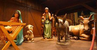 Krippe auf dem Weihnachtsmarkt #2 - Weihnachten, Weihnachtsmarkt, Krippe, Holzfiguren, Christkind, Jesus, Weihnachtsmarkt, Frankfurt am Main, Römer, Nacht, Beleuchtung, Christkindlmarkt