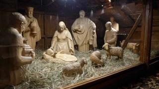 Krippe auf dem Weihnachtsmarkt #3 - Weihnachten, Krippe, Holzfiguren, Christkind, Jesus, Weihnachtsmarkt, Frankfurt am Main, Römer, Nacht, Beleuchtung, Christkindlmarkt