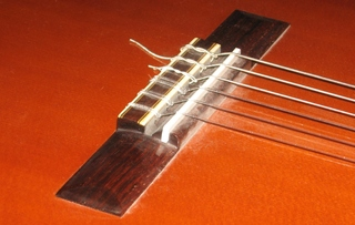 Gitarre #3 Detailfoto Steg - Zupfinstrumente, Gitarre, Instrumentenkunde, Steg, Saiten