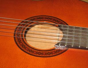 Gitarre #2 Detailfoto Schallloch - Instrumentenkunde, Gitarre, Schalloch, Saiten
