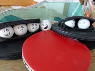 Tischtennisballfamilie - Tischtennisball, Tischtennisbälle, Tischtennis, Ping-Pong, Ping-Pong-Ball, Sport, Kunst, Kugel, Volumen, Tischtennisschläger, Familie, Sportunterricht, Kunstunterricht, Klassenaktion