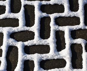 Ausschnitt Schnee auf Pflaster - Schnee, Pflaster, Pflasterstein, Struktur, Muster, hart, kalt, Winter, Kontrast, Winkel, Fischgrätenmuster, Stein, Hintergrund, Wallpaper, Layout, Boden, versetzt, Fuge, Linie, Material, Nahaufnahme, Oberfläche, angeordnet, ausgerichtet