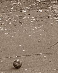 Ball auf der Straße - Ball, spielen, rollen, Verkehrserziehung, Sicherheit, Straße, herbstlich, Freizeit, Sicherheitserziehung, Achtung, aufpassen, Vorsicht, vorsichtig, vorausschauend, Unfallvorsorge, allein, Sprechanlass, bedrückende Situation, Interpretation