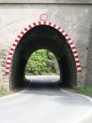 Parabel-Tunnel - Parabel, Tunnel, Durchfahrt, Straße, Unterführung, Verkehrsweg, Höhe, Perspektive, Mathematik