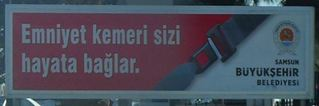 Hinweisschild: Sicherheitsgurt - türkisch - Sicherheitsgurt, Hinweisschild, Rückhaltesystem, Fahrzeugsicherheit, Schutzausrüstung, Haltegurt, türkisch