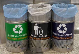 3 Abfallbehälter - türkisch - Müll, Mülltonne, Mülltrennung, Umwelt, Tonne, Abfalltonne, Abfall, Abfallbehälter