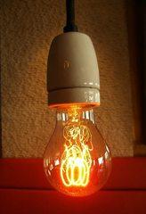 Glühbirne#1 - Glühbirne, Glühlampe, Glühlicht, Lichtquelle, Beleuchtung, Schraubsockel, Glühfaden, Glühwendel, Glaskolben, Licht, elektrischer Leiter, thermische Strahlung, Wärmeleitung, Gas, Elektrizität, Strom, Stromkreis, Physik, Glas