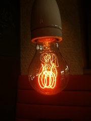 Glühbirne#2 - Glühbirne, Glühlampe, Glühlicht, Lichtquelle, Beleuchtung, Schraubsockel, Glühfaden, Glühwendel, Glaskolben, Licht, elektrischer Leiter, thermische Strahlung, Wärmeleitung, Gas, Elektrizität, Strom, Stromkreis, Physik, Glas