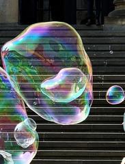Riesenseifenblasen - Seifenblasen, rot, schwarz, Kontrast, Treppe, Kunst, rund, Physik, Oberflächenspannung, Farben, Spiegelung, Tenside, schimmern, Oberflächenspannung, Membrane, Brechung, Meditation, Schreibanlass, schillern, Blase, Kugel, Halbkugel, Phantasie, Fantasie, riesig, leicht, Leichtigkeit