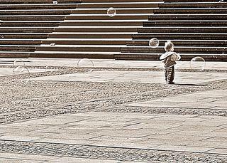Seifenblasenspiel sw - Seifenblasen, Kind, klein, spielen, Spiel, allein, rot, schwarz, Kontrast, Treppe, Kunst, rund, Physik, Oberflächenspannung, Farben, Spiegelung, Tenside, schweben, Luft, schimmern, Perspektive, Größenverhältnis, Größe, Oberflächenspannung, Membrane, Brechung, Meditation, Schreibanlass, schillern, Blase, Kugel, Halbkugel, Phantasie, Fantasie, Impuls