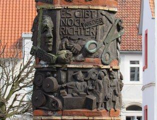 Helmstedt - Gerechtigkeitssäule # 5 - Helmstedt, Säule, Gerechtigkeit, Gericht, Obelisk, Skulptur, Denkmal, Weltkrieg, Judenverfolgung, Relief