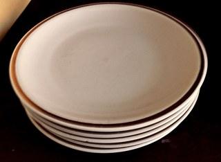 mehrere Teller - Teller, Wortschatz, Keramik, Porzellan, fünf, Geschirr, Mehrzahl, Plural, essen, Kuchenteller, flach, rund, Essgeschirr, Rand, Essteller, Speiseteller, Fleischteller