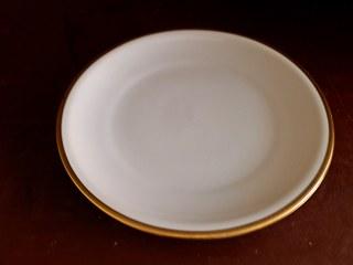 ein Teller - Teller, Wortschatz, Keramik, Porzellan, Geschirr, Einzahl, essen, Kuchenteller, flach, rund, Essgeschirr, Rand, Essteller, Speiseteller, Fleischteller