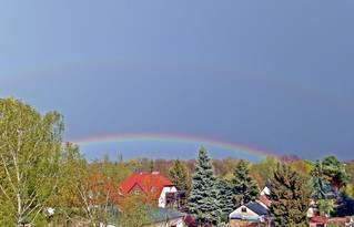 Regenbogen im Frühling - Wetterphänomen, Regenbogen, Regen, Spektralfarben, Kreisbogen, Farbe, Optik, Brechung, Lichtbrechung, Reflexion, Wetter, Hauptregenbogen, Nebenregenbogen, Farbzerlegung Wettererscheinung, Physik