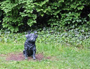 Waldmops #2 - Waldmops, Mops, Hund, Skulptur, Loriot, Humor, Bronze, Figur, Bronzefigur, Kunst, Deutsch, Denkmal, Kultur, Schnauze, Ringelschwanz, Geweih, Spass, lachen, sitzen