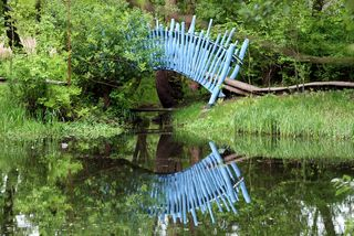 Brücke im Park - Brücke, blaue Brücke, Bogenbrücke, Spiegelung, Park, Meditation, Wasser, Optik, Illusion, Spiegelung, Impuls, Weg, überschreiten, überspannen, Bogen, Physik, Ethik, Ufer, Standpunkt, Kunst, Gestaltung, Wege, Impuls