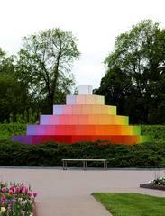 Farbpyramide #1 - Pyramide, Farbe, Farbverlauf, Lichtbrechung, Phänomen, Optik, optisch, Licht, weiß, Spektrum, farbig, Kunst, Physik, Prisma, Experiment, Helligkeit, hell, leuchtend, Körper, geometrisch, mathematisch, Mathematik, Körperdarstellung, Ecke, Kante, Rauminhalt, Fläche, Volumen, Spitze, spitz, gerade, regelmäßig, bunt