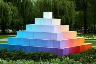 Farbpyramide #3 - Pyramide, Farbe, Farbverlauf, Lichtbrechung, Phänomen, Optik, optisch, Licht, weiß, Spektrum, farbig, Kunst, Physik, Prisma, Experiment, Helligkeit, hell, leuchtend, Körper, geometrisch, mathematisch, Mathematik, Körperdarstellung, Ecke, Kante, Rauminhalt, Fläche, Volumen, Spitze, spitz, gerade, regelmäßig, bunt