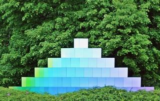 Farbpyramide #4 - Pyramide, Farbe, Farbverlauf, Lichtbrechung, Phänomen, Optik, optisch, Licht, weiß, grün, hellblau, blau, violett, Spektrum, farbig, Kunst, Physik, Prisma, Experiment, Helligkeit, hell, leuchtend, Körper, geometrisch, mathematisch, Mathematik, Körperdarstellung, Ecke, Kante, Rauminhalt, Fläche, Volumen, Spitze, spitz, gerade, regelmäßig, bunt