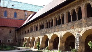 Hildesheimer Dom #11 - Kreuzgang - Hildesheim, Dom, Kreuzgang, Galerie, Friedhof, Domhof, Innenhof, Bögen, Säulen