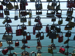 Liebesschlösser - Liebesschloss, Liebesschlösser, love lock, cadenas d'amour, Schloss, bunt, Schreibanlass, Vorhängeschloss, Brauch, Symbol, Liebe, Brauchtum, Alltagskultur