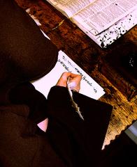 schreibender Mönch - Bibel, Bibelzentrum, Mönch, Mönchskutte, Schrift, Gänsekiel, Federkiel, Tinte, Bibelentstehung, Kirche, Kirchengeschichte, Bibelentstehung, Luther, Buchdruck, Schreiben