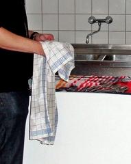 Besteck abtrocknen - Reinigung, reinigen, trocknen, abtrocknen, Haushalt, Besteck, waschen, Abwasch, gesund, Gesundheit, Hygiene, Vorgangsbeschreibung, Zubereitung, Vorbereitung, vorbereiten, abwaschen, Tätigkeit, tun, Verb, Küchenarbeit, arbeiten, Tuch