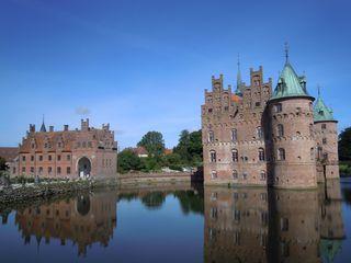Wasserschloss Egeskov in DK - Burg, Wasser, Wasserschloss, Wasserburg, Burggraben, Turm, Renaissance, Staffelgiebel, Stufengiebel, Spiegelung, Spiegelbild
