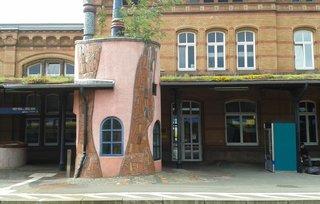 Hundertwasser-Bahnhof Uelzen # 4 - Bahnhof, Gebäude, Dachbegrünung, Kunst, Künstler, Friedensreich, Hundertwasser, Architektur