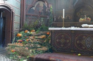 Erntedank #4 - Herbst, Erntedank, Erntedankfest, Erntekrone, Altar, Altarraum, Kircheninnenraum, Kürbis, Gemüse, Früchte, Brauchtum