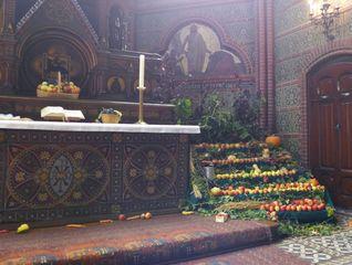 Erntedank #5 - Herbst, Erntedank, Erntedankfest, Erntekrone, Altar, Altarraum, Kircheninnenraum, Kürbis, Gemüse, Früchte, Brauchtum