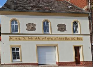Fassade eines Hauses mit Innenschrift - Ernte, ernten, Tätigkeit, Verb, Arbeit Bild, Relief, Fassade, Religion, Erntedank, Saat, säen