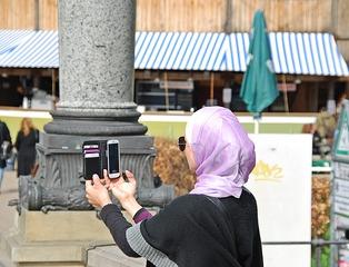 Medien unserer Zeit - Selfie - Handy, Smartphone, Foto, fotografieren, Mainstream, Selfie, Information, informieren, dokumentieren, Dokumentation, Medien, Muslima, Kopftuch, Religion