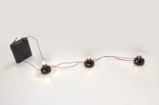 Parallelschaltung#2 - Flachbatterie, Batterie, Stromquelle, Strom, STromkreis, Elektrizität, Fassung, Lampe, Glühlampe, Glühbirne, Kabel, Verkabelung, Schaltkreis, Nebenschaltung
