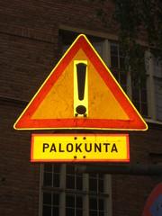 Achtung - Schild, Verkehrsschild, Achtung, Finnisch, Finnland, Feuerwehr, Dreieck, rot, gelb, symmetrisch, Symmetrie