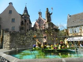 österlich geschückter Brunnen in Eguisheim - Elsass, Alsace, Eguisheim, Ostern, Pâques, Brunnen, fontaine, Dekoration