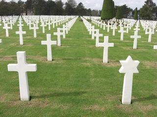 2. WK Gräber der Alliierten  - Zweiter Weltkrieg, Omaha Beach, Gräberfeld, Gräber, Grab, Kreuz, Kreuze, Judenstern, Friedhof, Perspektive, Fluchtpunkt