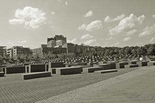 Berlin Holocaust-Mahnmal #2 sw - Mahnmal, Stelen, Quader, Gassen, Juden, Berlin, Architektur, Holocaust, Steinblock, Denkmal, Judenvernichtung, Nationalsozialismus, Geschichte