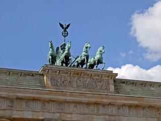 Quadriga auf dem Brandenburger Tor - Berlin, Brandenburger Tor, Quadriga, Pferde, Pferdegespann, Triumphwagen, Zügel, Adler, Krone, Flügel, Wagenlenkerin, Lorbeerkranz, Wahrzeichen, Attikarelifes, Streitwagen