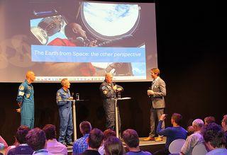 Astronauten auf der Podiumsdiskussion - Astronauten, Luftfahrt, Raumfahrt, Astronomie, Forschung, Beruf, Berufsbildung, Mission, Entwicklung, Diskussion, Berufsfindung