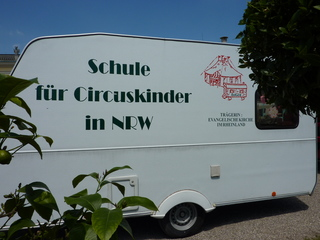 Schule für Zirkuskinder - Schule, Klassenzimmer, Wohnwagen, Kinder, Zirkus, lernen