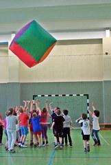 Spiel mit Riesenwürfel - Würfel, Sport, Riesenwürfel, Luft, kooperativ, aufblasen, spielen, Gruppe, Gruppenspiel, Trendspiele, Freizeit, Freizeitspiele, Spaß, Kooperation, bunt, leicht, Kinder, Spiel, Mathematik