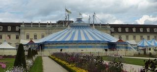 Zirkuszelt #2 - Zirkuszelt, Zelt, Zirkus, Wanderzirkus, Manege frei, Spielstätte, Vorführung, Zeltdach, Rundleinwand, Abspannung